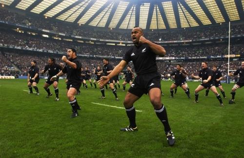 Os All Blacks -seleção da Nova Zelândia - realiza o tra_dicional Haka espécie de grito de guerra herdado do ritual _maori, povo nativo daquele país_.jpg